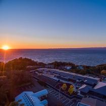 駿河湾に沈む夕日を眺める