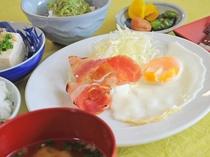 【朝食の一例】朝食の定番ベーコンエッグ