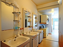 【別館1階】洗面台は本館別館それぞれにあるので忙しい朝でも安心です。
