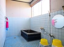 【別館1階】女性用共同風呂:大きな湯船でのんびり疲れを癒してください♪