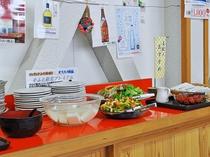 【ご朝食一例】お味噌汁やサラダ、坊沢のとうふはバイキング形式でお召し上がりいただけます。