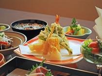 【ご夕食一例:くまげらプラン】季節の天婦羅。写真は海老、とうもろこし、山菜、たけの子。
