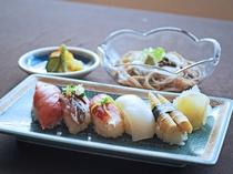 【ご夕食一例:よねしろプラン】季節のにぎり寿し。写真は鮪、鯵、子茗荷、みず烏賊、焼竹の子。