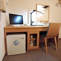 *【部屋】全ての備品に手が届くコンパクトな洋室のデスク(一例)