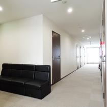 *【館内】広々とした客室フロアの廊下