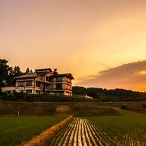 *【外観】橙色鮮やかな夕日がやすらぎ荘を包み込みます。