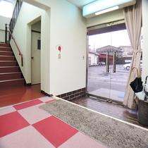 *(玄関)ようこそ!「ビジネス旅館マルミ」へ。