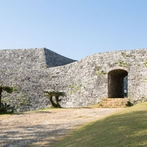 【周辺情報】座喜味城跡は車で約5分の場所にあり世界遺産にも登録されております