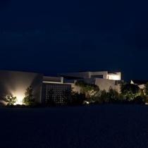 【外観(夜)】周りは静かな土地なのでどこにいてもプライベート空間が広がります