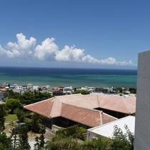 【景観】広がる赤瓦と透き通った海を一望できる贅沢なポイントです