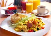 とある日の朝食 マフィンと信州野菜のモーニングパスタの古き良き軽井沢風モーニングプレート①
