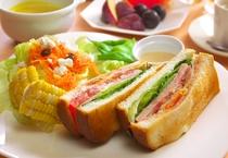 とある日の朝食 贅沢BLTサンドの古き良き軽井沢風モーニングプレート②