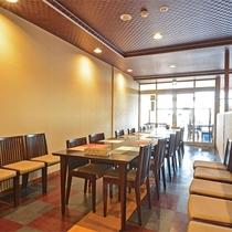 *レストラン/広々としたスペース、綺麗で解放感のあるお食事スペースです。