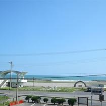 *お部屋からの眺め/青い空と青い海。気持ちの良い景色が窓の外に広がっています。