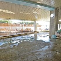 *温泉一例/観光や海遊びの後にさっぱりと汗を流してくれる大きな大浴場です。