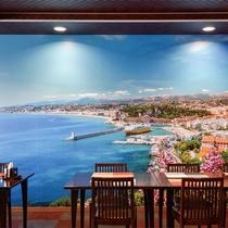 *レストラン/リゾート感を盛り上げてくれる、大きな絵画が印象的!