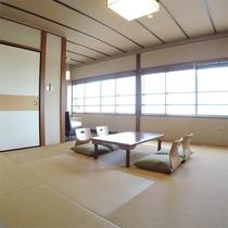 *和室一例/10畳の和室に3畳の縁側スペースが付いたゆったりとしたお部屋。