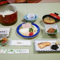 *朝食/焼き魚や目玉焼き、新潟産のコシヒカリなどをご用意いたします。