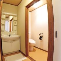 *客室一例/各お部屋には洗面所と温水洗浄トイレ付き。お風呂は同じ階の大浴場をご利用ください。