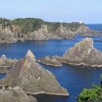 大島海金剛まではホテルからお車で約25分です。巨岩が海面から突き出す様子には迫力が感じられます。