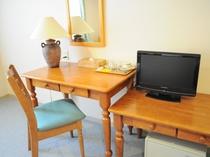 【洋室ツイン(ソファー付)】木製の家具で揃えています。