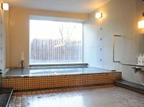 【浴場】こじんまりした浴場ですが、お湯はメタ珪酸を豊富に含んだ天然温泉です。