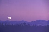 山に沈む月