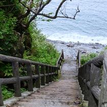 ホテル駐車場の脇から小道を下りるとプライベート感あふれる、静かな海辺に到着♪
