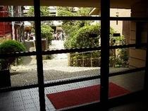 玄関より内庭