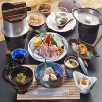 地鶏の鉄板焼きや揚げ物、お刺身が付いた和食会席