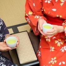お茶飲む2人