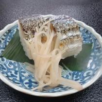 <トビウオ・お寿司>オスのトビウオを棒寿司にしました。