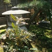 *館内一例:玄関前の庭