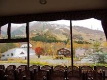 ラウンジから見る苗場スキー場