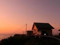 コテージと夕陽