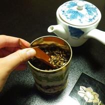 *客室サービス/客室のお茶は2種類ご用意しております。「七福茶」は売店で販売もしている人気茶。