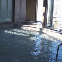 陽光の差し込む展望風呂