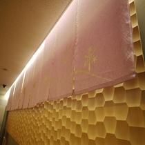 ◇フロント◇のれん紋意匠の金彩工芸は日本らしい四季をモチーフにしております。