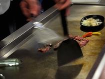 【夕食一例】焼きたてのお肉をお召し上がりいただけます。