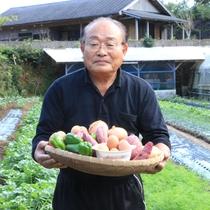 【野菜を持つ社長】当宿自慢の野菜を準備して皆様のお越しをお待ちしております。