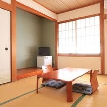【本館部屋】落ち着いた雰囲気のお部屋でゆったりとおくつろぎください。