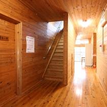 【別棟廊下】木でできた温もりのある廊下です。