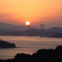 夕日をバックに鳴門海峡