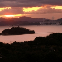 夕日をバックに鳴門海峡1