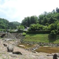*敷地内に流れている渓流釣りのできる川