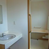 *3階ユニットバスルーム/洗い場は広めにとられています。24時間お好きな時に気軽にお入り下さい。