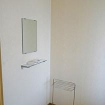 *客室一例/女性の身支度に便利♪小さいですが化粧台も備え付けられています!