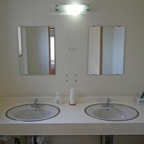 *共用洗面所/お部屋にバス・トイレはありませんので各階の洗面所をご利用ください。