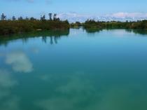 【周辺】仲地橋入り江。静かな水面に雲が映ります。