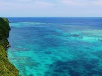 【周辺】絶景ポイントの三角点。コントラストの美しい海が広がります。